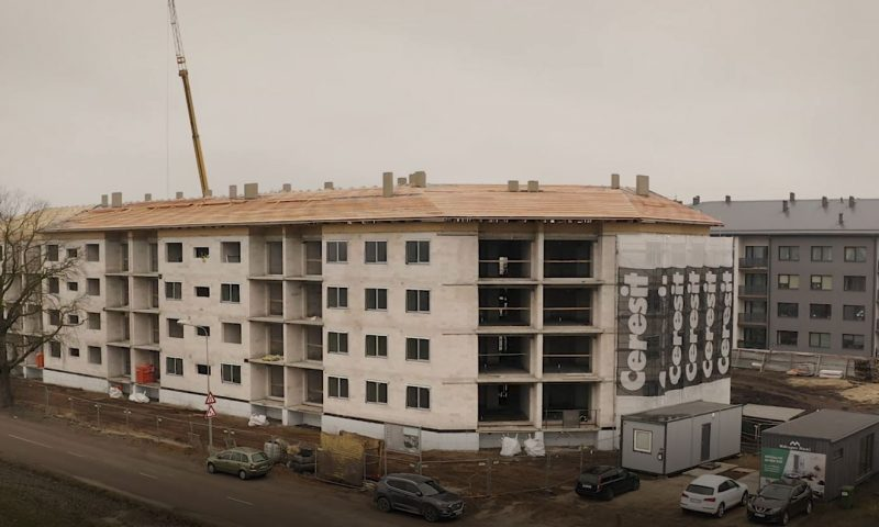 """Projektā """"Mārupes nami"""" pabeigta ēkas karkasa izbūve un jumta konstrukciju montāža"""